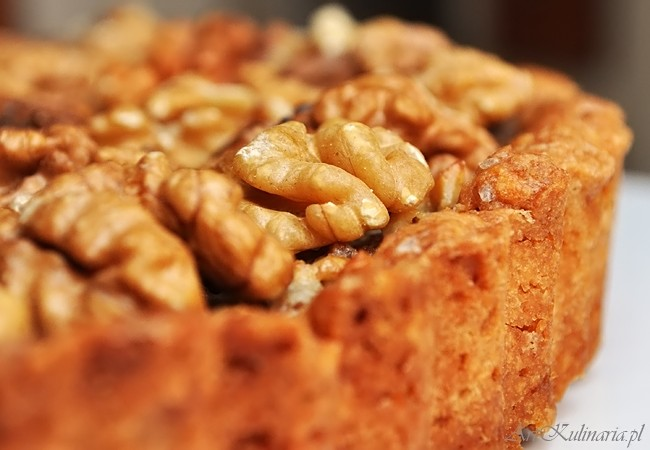 Tarta z orzechami włoskimi i karmelową polewą